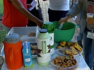 Jovens oferecem café da manhã em Palmas (Foto: Reprodução/TV Anhanguera)