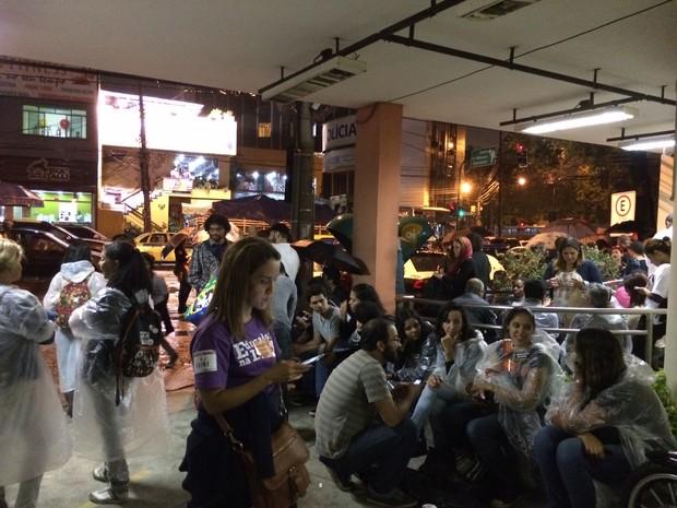Professores foram à 17ª DP, para onde a detida foi levada (Foto: Káthia Mello / G1)