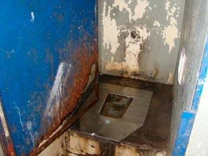 Imagem mostra a condição de um dos banheiros da Fase (Foto: Divulgação/MP RS)