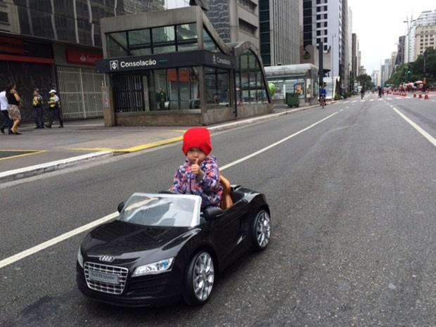 Único 'carro' na Paulista neste domingo (Foto: Carolina Dantas/G1)