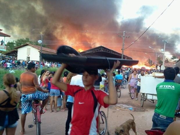 População tenta recuperar o que restou  (Foto: Celso Kato/G1)