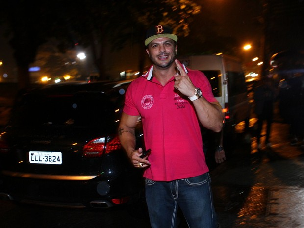 Ex-BBB Kléber Bambam em boate no Rio (Foto: Raphael Mesquita e Clayton Militão/ Foto Rio News)