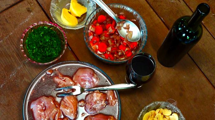 A marinada do frango e dos legumes é o segredo que faz toda a diferença (Foto: reprodução EPTV)