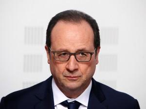 O presidente da França, François Hollande, fala durante visita à 'Liga contra o Câncer' em Paris. Ele disse que a queda do avião foi uma tragédia e que é muito provável que não existam sobreviventes. (Foto: Thibault Camus/AP)