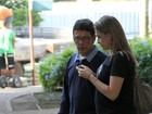 Grávida, Fernanda Gentil passeia com o pai pelas ruas do Rio