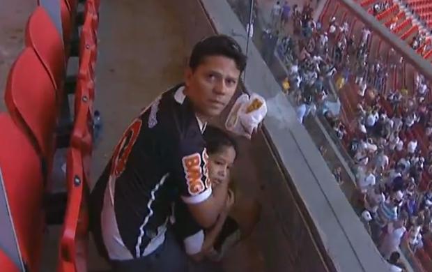 Torcedor protege criança durante briga no estádio Mané Garrincha (Foto: Reprodução/SporTV)