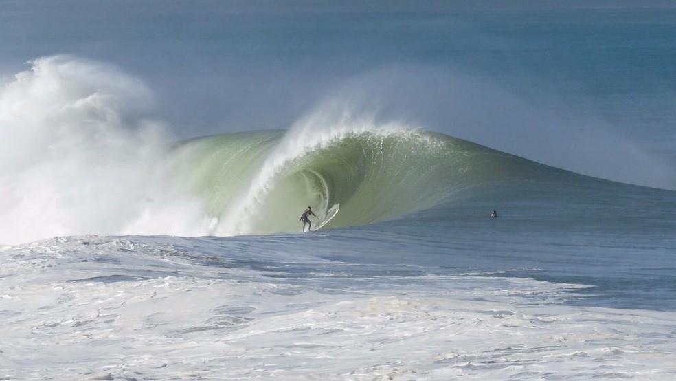 Pedro Scooby surfou ondas de cerca de 10m na Pipeline Mexicana. Próximo destino é a Itália, ao lado da mulher, Luana Piovani (Foto: Nelnimadres Project)