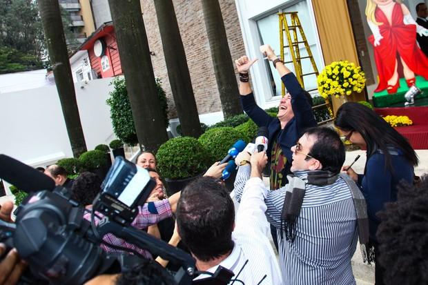 Rodrigo Faro acena para fãs na porta da casa de festas (Foto: Marcos Ribas e Manuela Scarpa / Foto Rio News)
