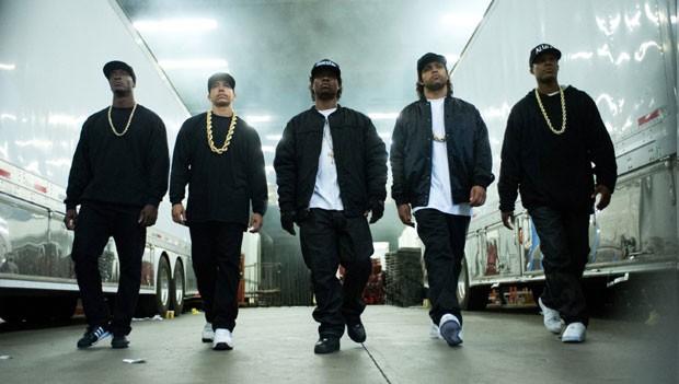 Cena de 'Straight outta Compton', sobre o N.W.A.; a partir da esquerda: Aldis Hodge (MC Ren), Neil Brown Jr. (DJ Yella), Jason Mitchell (Eazy-E), O'Shea Jackson Jr. (Ice Cube) e Corey Hawkins (Dr. Dre) (Foto: Divulgação)