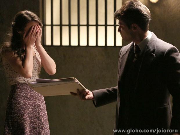 Franz diz para Amélia que não conseguirá tirá-la da prisão (Foto: Joia Rara/ TV Globo)