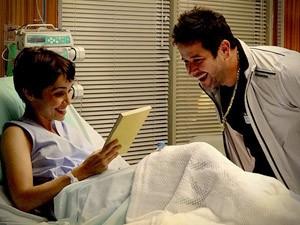 Nina não contém a felicidade ao ganhar o livro de presente (Foto: Avenida Brasil / TV Globo)