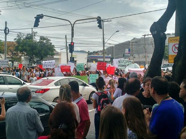 Alunos se manifestaram em frente ao campus de Vitória (Foto: André Araújo/ Arquivo Pessoal )