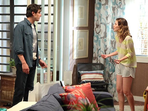 Laura e Caíque conseguem conversar, mas ela ainda não acredita nele (Foto: Carol Caminha/Gshow)