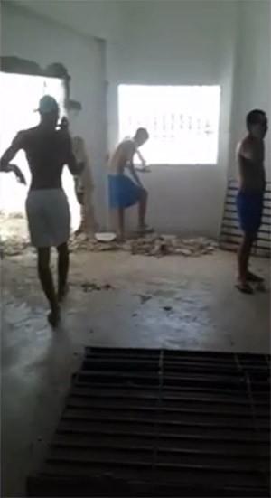 Depois que destruíram as celas, presos de Alcaçuz estão soltos dentro dos pavilhões (Foto: G1/RN)