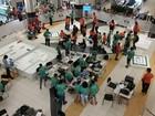 Estudantes montam placa de robô durante competição em Porto Velho