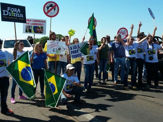 Manifestantes liberavam apenas veículos com crianças e idosos durante ato (Foto: Bruno Axelson/TV Morena)