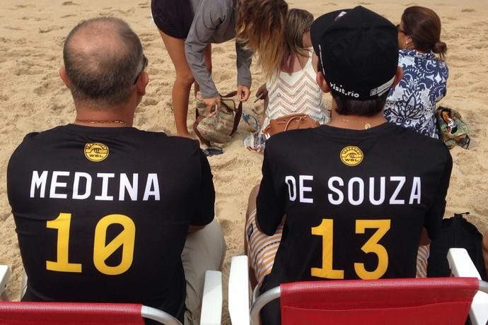 Torcedores com camisas de Medina e Mineirinho, em Grumari (Foto: Thiago Correia)