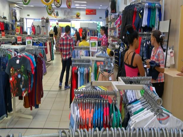 Confeccções e calçados são produtos que mais vendem em datas comemorativas, segundo lojista (Foto: Reprodução/TV Tapajós)
