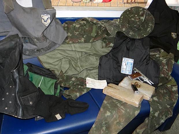 Fardamento semelhante ao utilizado pelo exército tmabém foi apreendido (Foto: Aldo Matos / Acorda Cidade)