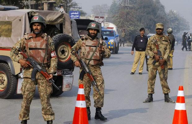 Soldado monitoram proximidades de escola militar atacada pelo Talibã nesta terça-feira (16) no Paquistão (Foto: Mohammad Sajjad/AP)