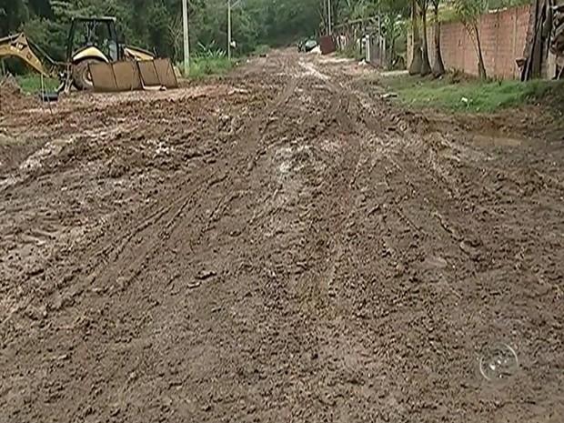 Moradores reclamam de estado de rua sem asfalto na zona urbana de Tietê (Foto: Reprodução/ TV TEM)