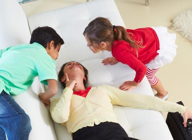 Mãe cansada, filhos cheios de energia (Foto: Thinkstock)