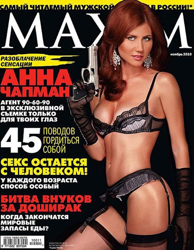 A espiã russa Anna Chapman, de 28 anos, aparece na capa da revista russa 'Maxim' em trajes sensuais. Ela tornou-se célebre ao ser trocada por agentes ocidentais, em julho. A imprensa britânica afirma que Anna está negociando para vender sua história e tam (Foto: Reprodução)