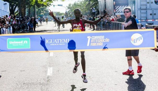 Queniano Edwin Kipsang Rotich ficou com o lugar mais alto do pódio na corrida de rua (Foto: Alfredo Risk)
