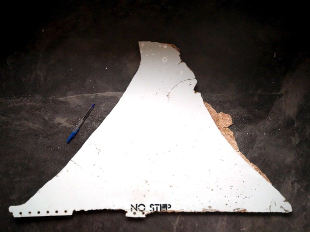 A photograph of debris thought to be from the missing Malaysian Airlines MH370 plane is seen in this handout picture taken on February 28, 2016. Australia said on March 24, 2016 that plane debris recovered earlier this month from Mozambique was highly lik (Foto: Blaine Gibson - 28.fev.2016/Australian Transport Safety Bureau/Reuters)