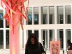 Com saia transparente, Juliana Paes exibe pernas em passeio no shopping
