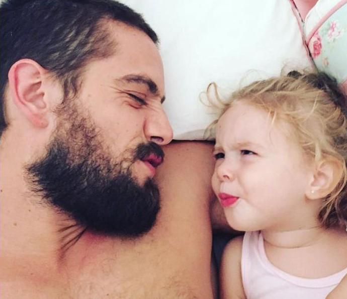 Rafael Cardoso ao lado da filha Aurora de quase dois anos (Foto: Arquivo pessoal)