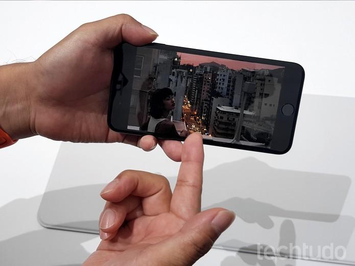 iPhone 7 permanece com tela de 5,7 polegadas (Foto: Thássius Veloso/TechTudo)