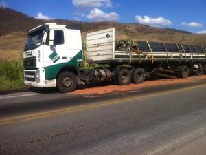 Caminhão se envolveu no acidente perto de Frei Inocêncio. (Foto: Diego Souza / G1)