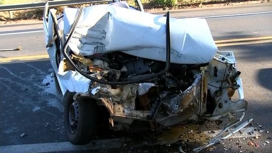 Carro fica destruído após bater na traseira de caminhão que transportava trator na SP-333 em Marília