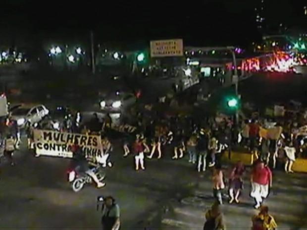 Manifestantes saíram em caminhada pelas ruas do Recife em ato contra Cunha (Foto: Reprodução / TV Globo)