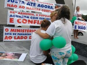 Familiares de irmãos mortos em Ondina, Salvador, em ato contra liberdade de médica (Foto: Lílian Marques/ G1)