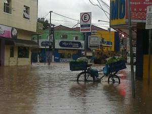 Chuva inundou Centro de Poá (Foto: Roney Domingos/G1)
