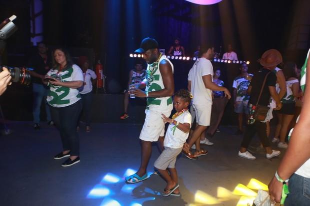 Lázaro Ramos dançando com seus filhos (Foto: DILSON SILVA / Agnews)
