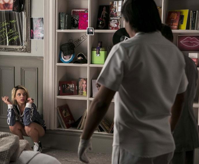 Belisa é sedada após agredir Orlando (Foto: Inácio Moraes/Gshow)