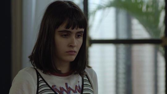 Bebeth fica frustrada ao perceber que Flor é só um boneco de pelúcia
