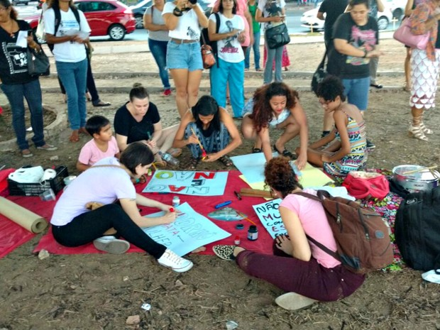 Ato foi organizado por diversas frentes de defesa da mulher em MT (Foto: Lislaine dos Anjos/G1)