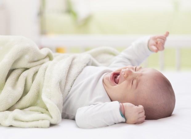 Bebê não deve ser deixado sozinho, chorando, para aprender a dormir (Foto: Thinkstock)