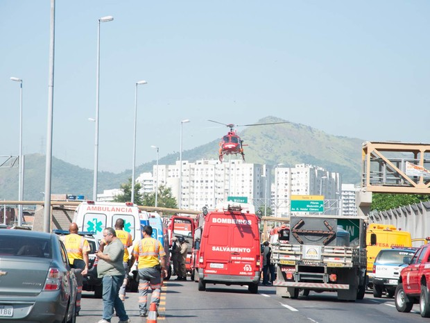 Helicóptero dos Bombeiros chega ao local para prestar socorro (Foto: Erbs Jr./Frame/Folhapress)
