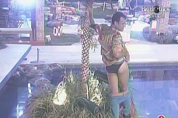 Daniel do BBB 11 e o coqueiro (Foto: TV Globo)