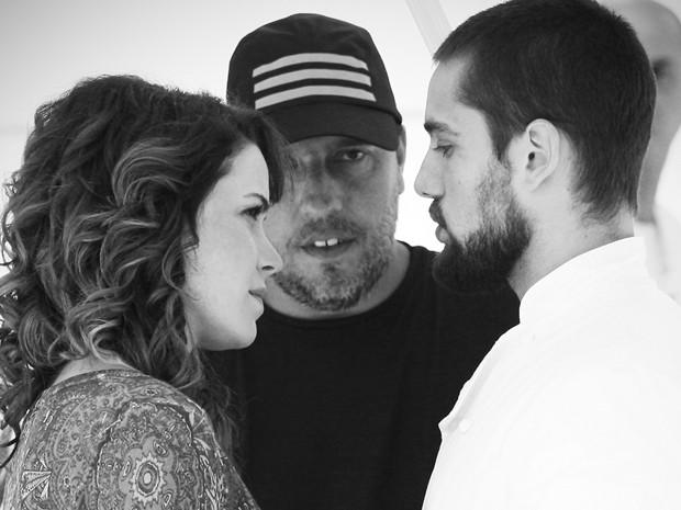 Leandra Leal, Rafael Cardoso e diretor se preparam para cena (Foto: Gshow)