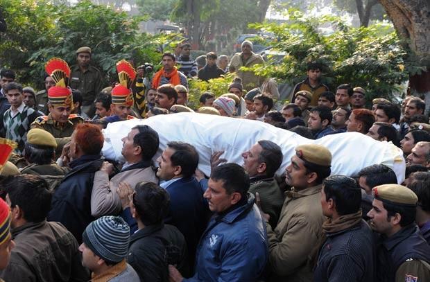 Funeral de policial que morreu nesta terça-feira (25) em Nova Déli (Foto: AFP)