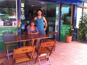 O gaúcho Pedro Dias e a madrasta, a isralense Vicki, dizem que já lucram  (Foto: Luana Leão/G1)