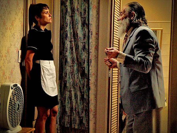 Nilo invade o quarto de Nina na mansão e a coloca contra a parede (Foto: Divulgação/TV Globo)