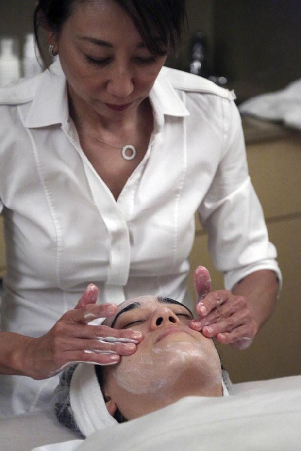 Dona do salão, Shizuka Bernstein, cobra US$ 180 (R$ 415) pelo tratamento (Foto: Mary Altaffer/AP)