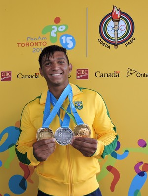 Isaquias posa para foto com as três medalhas que conquistou em Toronto (Foto: Divulgação/Confederação Brasileira de Canoagem)